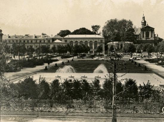 vue sur la fontaine (premier plan) et le parking est (arrière-plan)