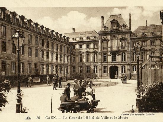 Cour intérieure de l'hôtel de ville au XIXe siècle, avec l'ancien musée des beaux-arts