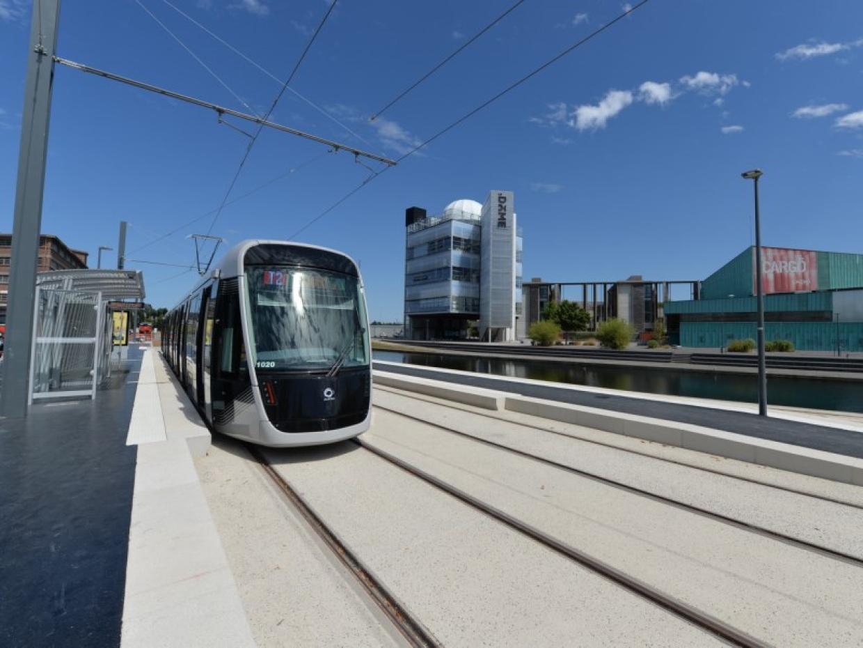 Le tramway à la station Presqu'île